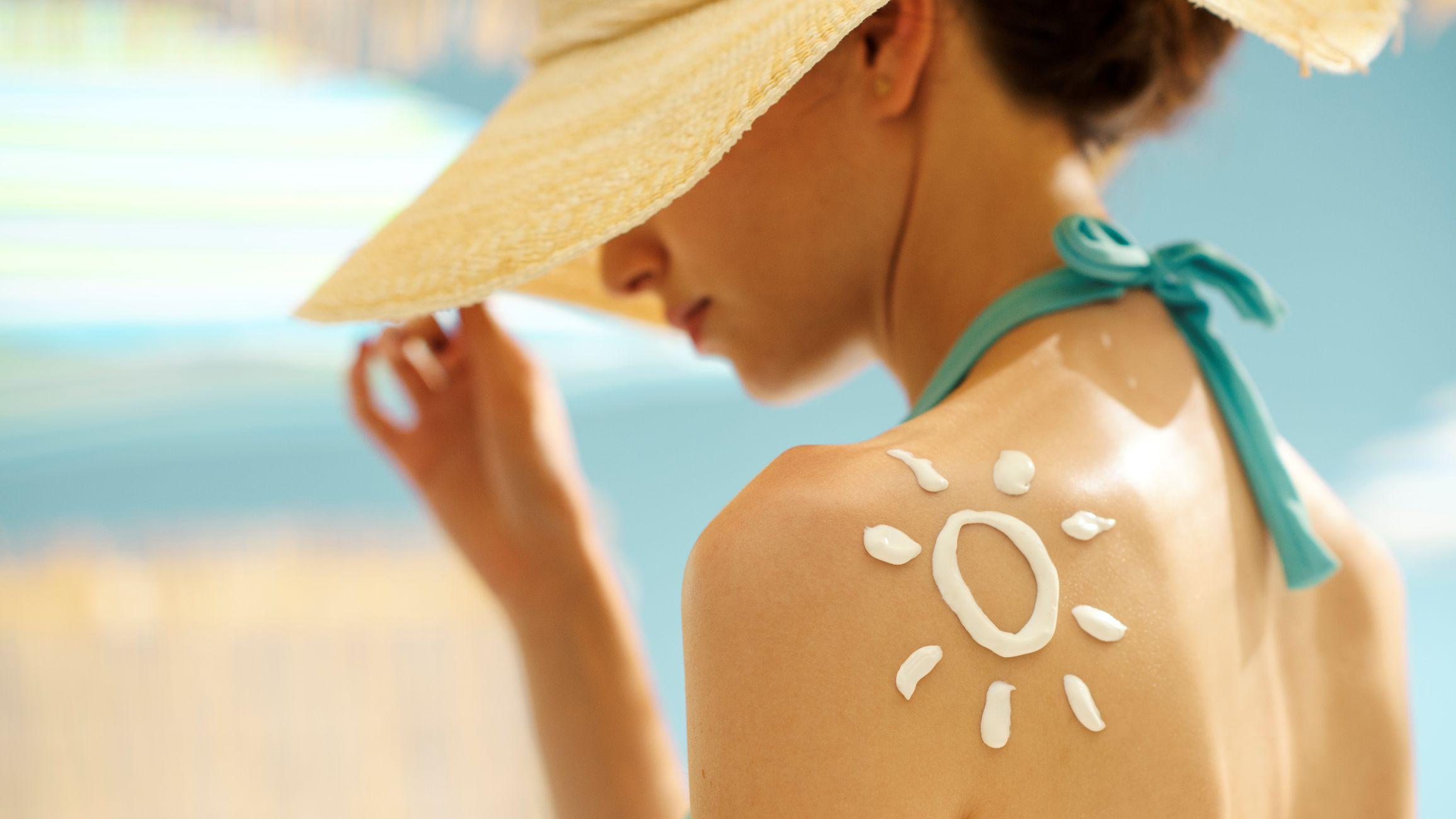 młoda kobieta w kapeluszu na plaży