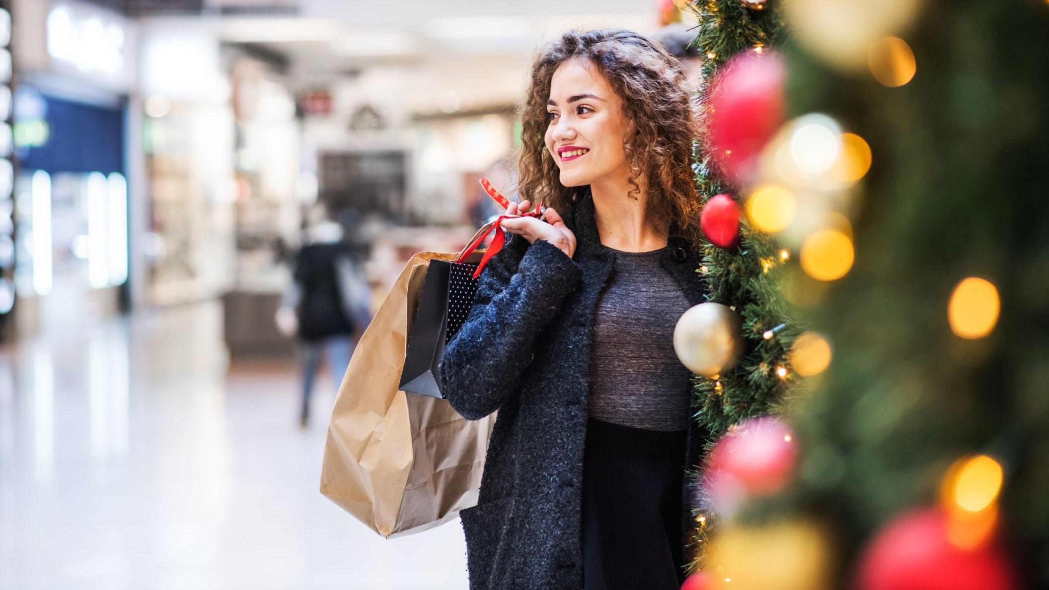 uśmiechająca się kobieta z zakupami