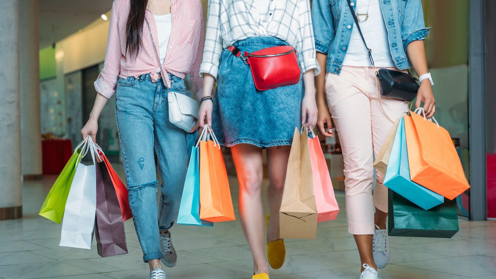 trzy kobiety z torbami z zakupami