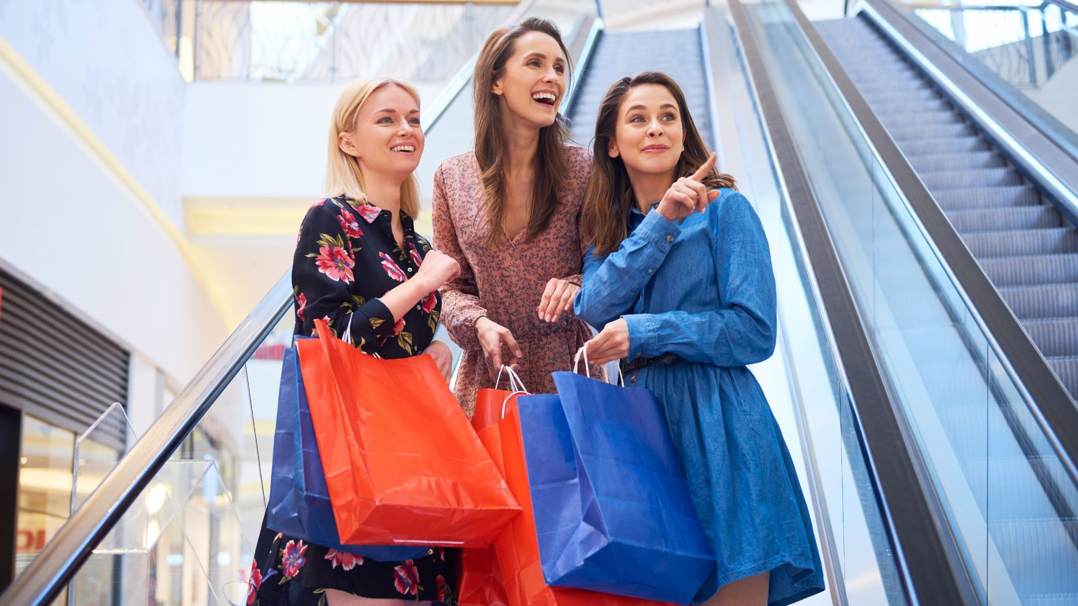 trzy kobiety z zakupami