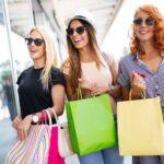 trzy uśmiechające się kobiety na zakupach
